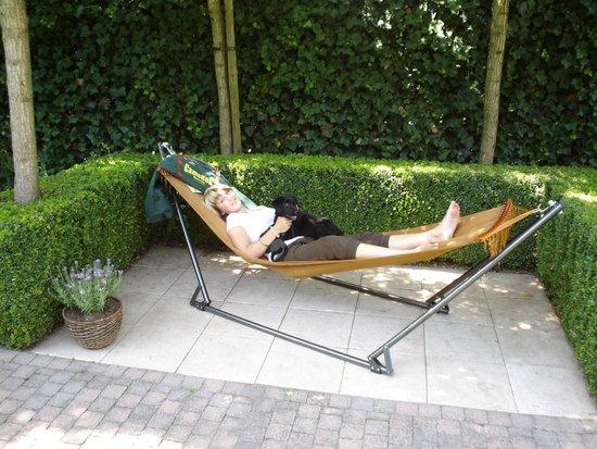 Hangmat met opvouwbaar stalenbuis frame in black walnut paint.